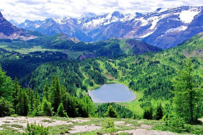 """Spectacular views of Howard Douglas Lake, Banff National Park"""